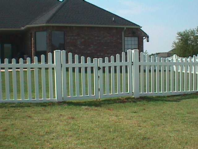 Scalloped fence ′ double gate midland vinyl products
